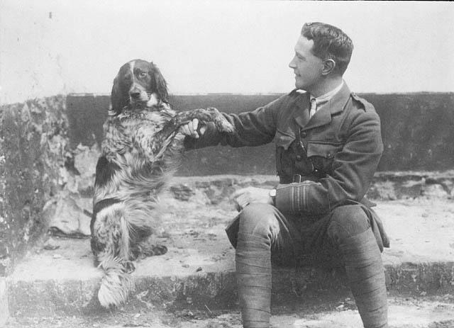 Lt.-Col._John_McCrae_and_his_dog_Bonneau_Le_lieutenant-colonel_John_McCrae_et_son_chien_Bonneau