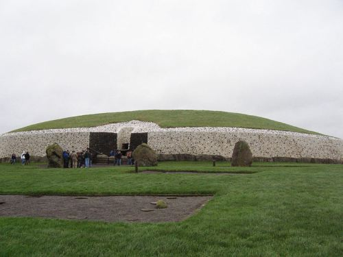 Newgrange. Aligned with the rising sun whose light floods the chamber on the winter solstice. Image Wikimedia Commons