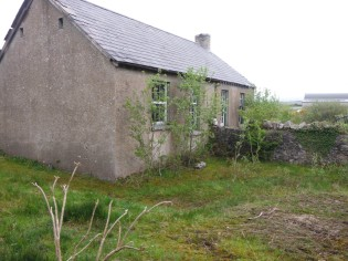 Mulroy School. The playground was divided with the boys and girls outdoor toilet pits either side of the wall. (Image thesilvervoice)